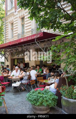 Berlin. Deutschland. Brunch im Café Anna Blume auf Kollwitzstraße, Prenzlauer Berg. Stockbild