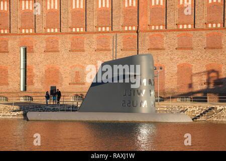Kunst u-Boot vor dem Museum Küppersmühle, historische Industriearchitektur am Innenhafen, Duisburg, Ruhrgebiet, Nordrhein-Westfalen, Stockbild