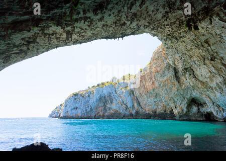 Apulien, Grotta Zinzulusa, Italien - Das Stehen unter der beeindruckenden Höhle arch in der Grotte von Zinzulusa Stockbild