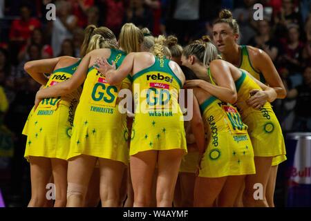 Die australischen Spieler drängen sich nach knapp verliert im Final gegen Neuseeland, bei Tag 10 der Vitalität Netball Wm 2019, bei der die M&S-Bank Arena, Liverpool, England. Neuseeland Schlag Australien: 52-51 Stockbild