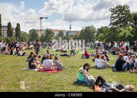 Junge Menschen entspannen im Mauerpark, Berlin, Deutschland Stockbild