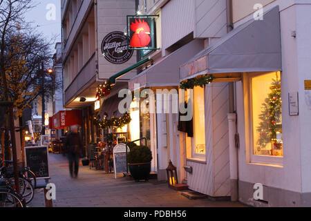 Schaufenster mit Weihnachtsdekoration bei Dämmerung in Schwachhausen, Bremen, Deutschland, Europa ICH-Schaufenster mit Weihnachtsdekoration bei Abenddämmerung in Stockbild