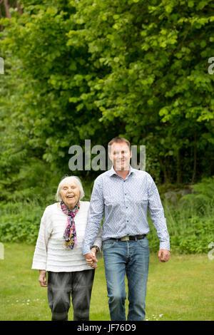 Mann mit senior Mutter im park Stockbild