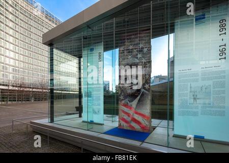 Der Kennedy Stück Teil der Berliner Mauer vor dem Berlaymont-Gebäude der EG, Europäische Kommission Stockbild