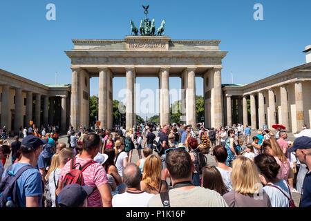 Viele Touristen vor dem Brandenburger Tor in Berlin, Deutschland Stockbild