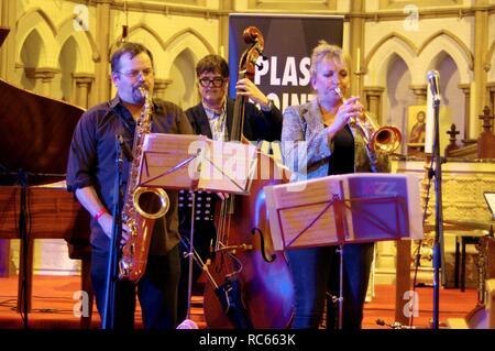 Roberto Manzin, Andy Cleyndert und Sue Richardson, Eastbourne Jazz Festival, Christ Church, Eastbourne, East Sussex, 30. Sep 2018. Stockbild