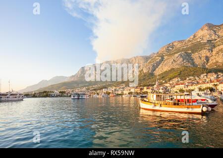 Makarska, Dalmatien, Kroatien, Europa - Rauch von einem wildfire über den Bergen von Makarska. Stockbild