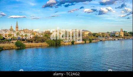 Guadalquivir Fluss östlich von der Triana Brücke, mit dem Turm Giralda (links) und Golden Tower (rechts) Unter anderen Wahrzeichen. Sevilla, Spanien. Stockbild