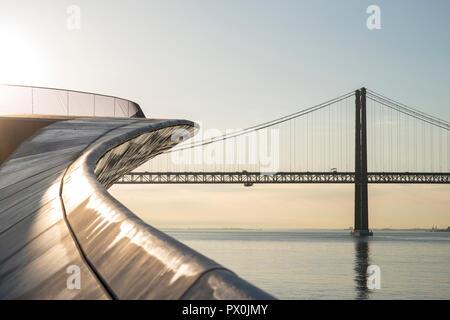 Außenansicht der Maat-Museum für Kunst, Architektur und Technik, Lissabon, Portugal. Ansicht der Brücke über den Fluss Targus. Stockbild