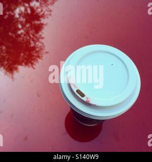 Kaffeetasse mit Lippenstift Stockbild