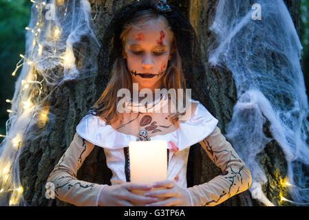 Ein Kind gekleidet im Kostüm für Halloween-Nacht. Stockbild