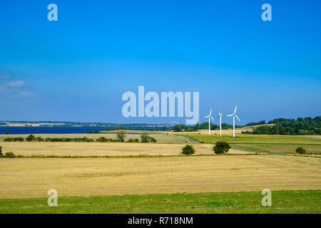 Ländlichen Raum und Windkraftanlagen auf der westlichen Insel Moen, Dänemark, Skandinavien, Europa. Stockbild