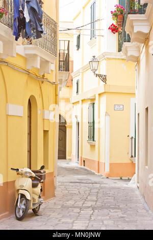 Gallipoli, Apulien, Italien - ein Motorroller in einer historischen Gasse Stockbild