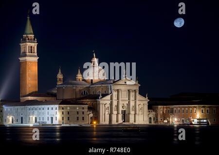 Die Kirche San Giorgio Maggiore und Mond bei Nacht, Venedig, Venetien, Italien Stockbild
