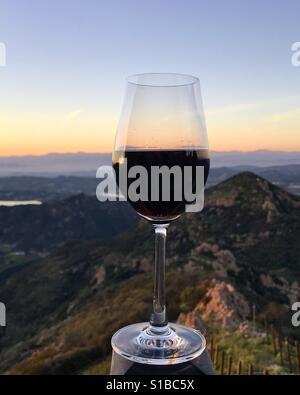 Rotwein mit Sonnenuntergang Blick Stockbild