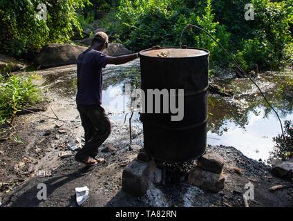 Hausgemachten Alkohol aus Zucker, Tonkpi Region, Mann, Elfenbeinküste Stockbild