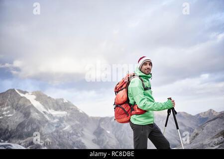 Portrait von Wanderer in kalten Bedingungen, Mont Cervin, Matterhorn, Wallis, Schweiz Stockbild