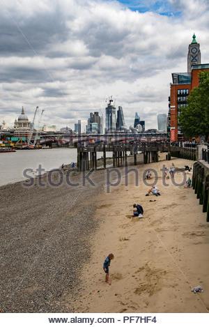 Ansicht der Stadt von London aus der Southbank mit Ebbe auf der Themse Stockbild
