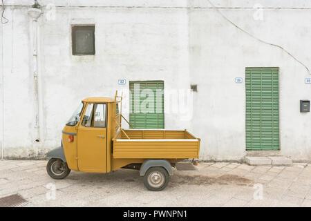 Specchia, Apulien, Italien - Ein altes historisches Drei wheeler in den Straßen von Specchia Stockbild