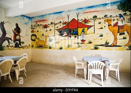Wandbild von Kamelen und Touareg Zelte an Wand des Cafés, Timbuktu, Mali Stockbild