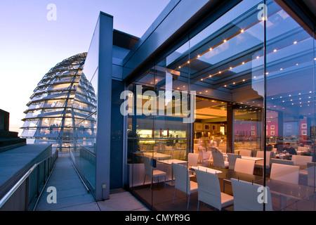 Berlin, Reichstag Buidling Dach Terasse Kuppel von Sir Norman Forster in der Dämmerung, Restaurant Kaefer Stockbild