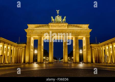 Das Brandenburger Tor / Brandenburger Tor Berlin, Deutschland in den frühen Stunden des morgens durch Flutlicht Stockbild