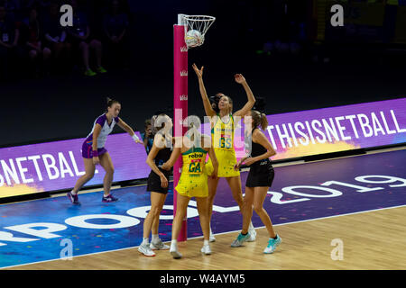 Die Spieler in Aktion während der abschließenden zwischen Australien und Neuseeland, bei Tag 10 der Vitalität Netball Wm 2019, bei der die M&S-Bank Arena, Liverpool, England. Neuseeland Schlag Australien: 52-51 Stockbild