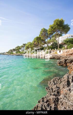Cala d'Or, Mallorca, Spanien - Genießen Sie das türkisblaue Wasser am Strand von Cala d'Or Stockbild