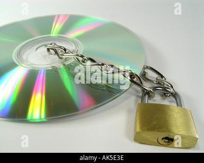 CD-Rom mit Kette und Schloss als Symbol für Daten Sicherheit Kopierschutz illegalen downloads etc. Stockbild