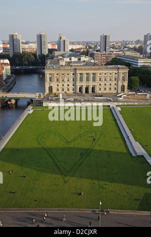 Eine Herzform gezeichnet in den Rasen auf der Museumsinsel, Berlin Stockbild