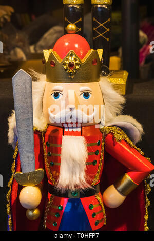 England, London, Southwark, London Bridge City, Thameside Weihnachtsmarkt, Anzeige von Christbaumschmuck Stockbild