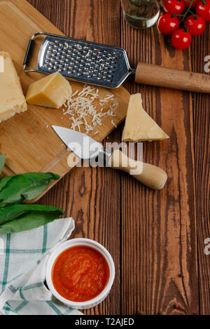 Zutaten für Pizza auf Holz Tisch Stockbild