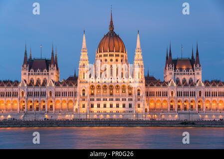 Ungarisches Parlament in der Nacht auf der Donau, Weltkulturerbe der UNESCO, Budapest, Ungarn, Europa Stockbild