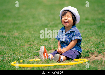 Ein kleines Mädchen mit einem Reifen Stockbild