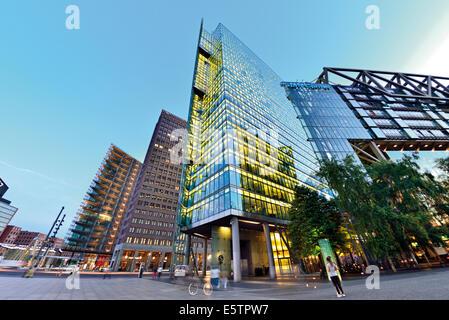 Deutschland, Berlin: Nächtlicher Blick auf die moderne Architektur am Potsdamer Platz Stockbild