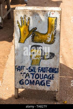 Schönheitssalon Billboards in der Straße, Bafing, Gboni, Elfenbeinküste Stockbild