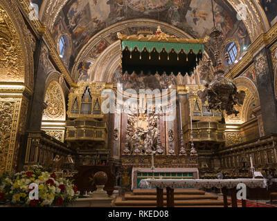 St John's Co-Cathedral in Valetta, Malta, aus 1577 ein gutes Beispiel für die hohe barocke Architektur, Innenansicht des Hauptaltars Stockbild