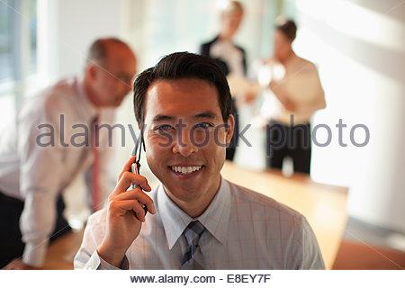 Geschäftsmann am Handy sprechen Stockbild