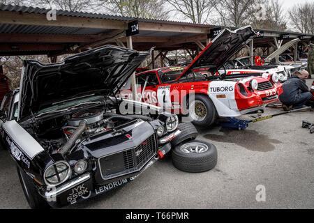 Fahrerlager Wartung und Vorbereitungen für die Gerry Marshall Trophy Rennen auf 1970er Chevrolet Camaro Z28. 77 Goodwood GRRC Mitgliederversammlung, Sussex, UK Stockbild