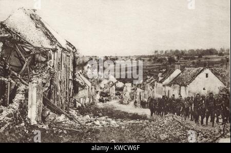 Weltkrieg 1: Zweite Schlacht an der Marne. Die US-Truppen, die durch eine Gerade aufgenommen Stadt im Voraus von Stockbild