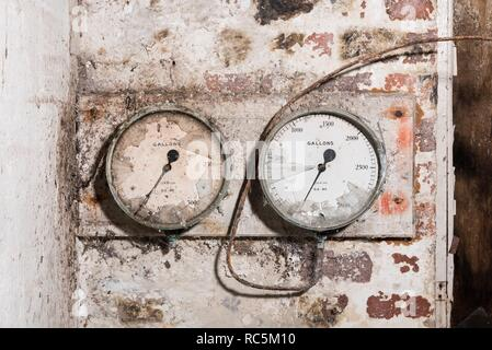 Messgeräte, Flaxmill Maltings, Spring Gardens, Ditherington, Shrewsbury, Shropshire, 2017. Detail der Manometer an einer Innenwand im Herd Gebäude der Flachs Mühle. Stockbild