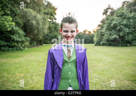 Ein Junge gekleidet als Joker für die Halloween-Nacht. Stockbild