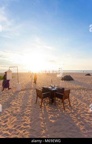 Ahungalla, Sri Lanka, Asien - einer Tabelle Induruwa Beach für das Abendessen für zwei vorbereitet Stockbild