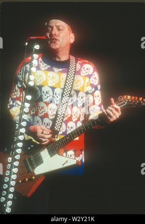 LOS ANGELES, Ca - 22. Juni: Musiker Rick Nielsen von Cheap Trick backstage bei einem Konzert ca. 1989 an verschiedenen Orten in Los Angeles, Kalifornien. Stockbild