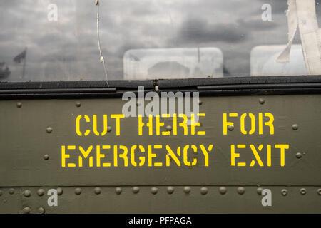 Notausgang Schild an der Seite von Jet Stockbild