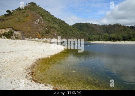 Rio de las Cabras o Bedon bilden eine Lagune hinter der Kiesstrand von San Antolin, Llanes, Asturien, Spanien, August. Stockbild