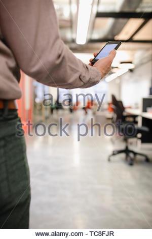 Geschäftsmann mit Smartphone im Büro Stockbild