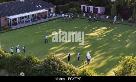 Luftbild des Bowls Club im Auge, Suffolk mit Spielern auf Grün Stockbild
