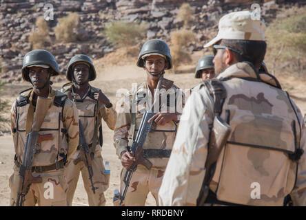 Mauretanische Soldaten erhalten Anweisung von einem portugiesischen Soldaten während der Hinterhalt Ausbildung bei Ausübung Flintlock 2019 Februar 23, 2019 in Atar, Mauretanien. Flintlock ist eine multi-nationale Übung bestehend aus 32 afrikanischen und westlichen Nationen an mehreren Standorten in Burkina Faso und Mauretanien. Stockbild