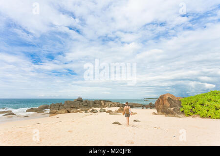 Balapitiya, Sri Lanka, Asien - eine Frau auf dem Weg zu den Strand von Balapitiya Stockbild